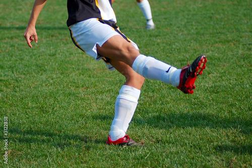 Voetballer met scheenbeschermers onder zijn sokken