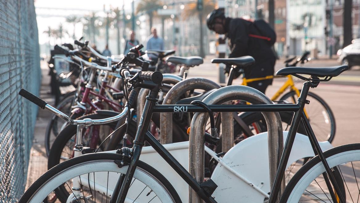 Fietsenstalling met veel fietsen