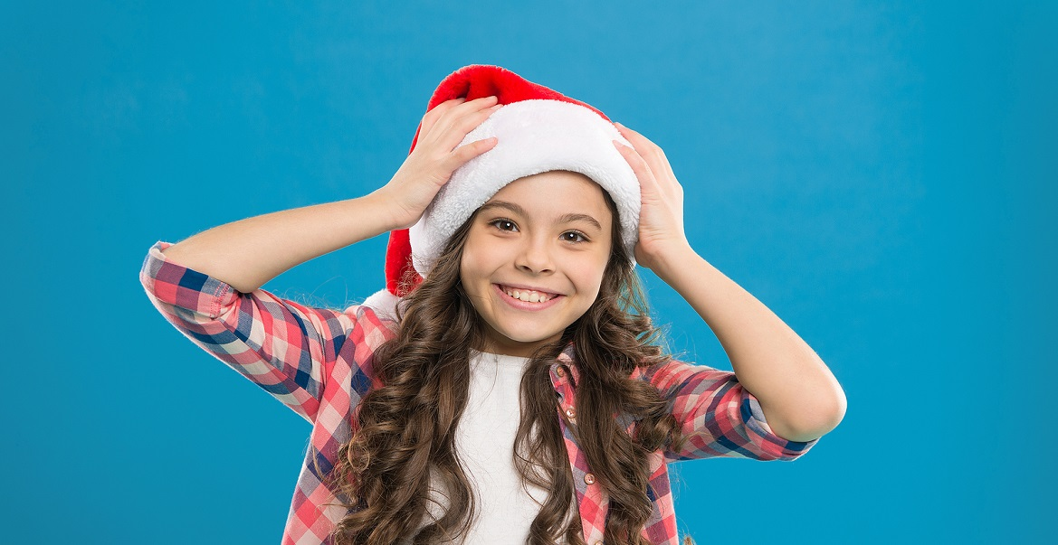 Meisje met een kerstmuts op