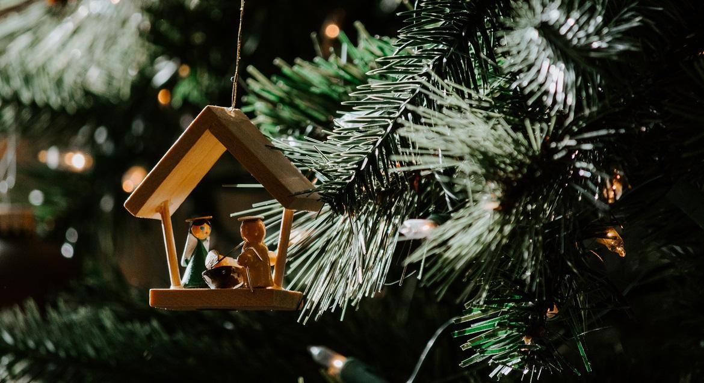 Kerstversiering van Jozef, Maria en Jezus in de kerststal, hangend in de kerstboom