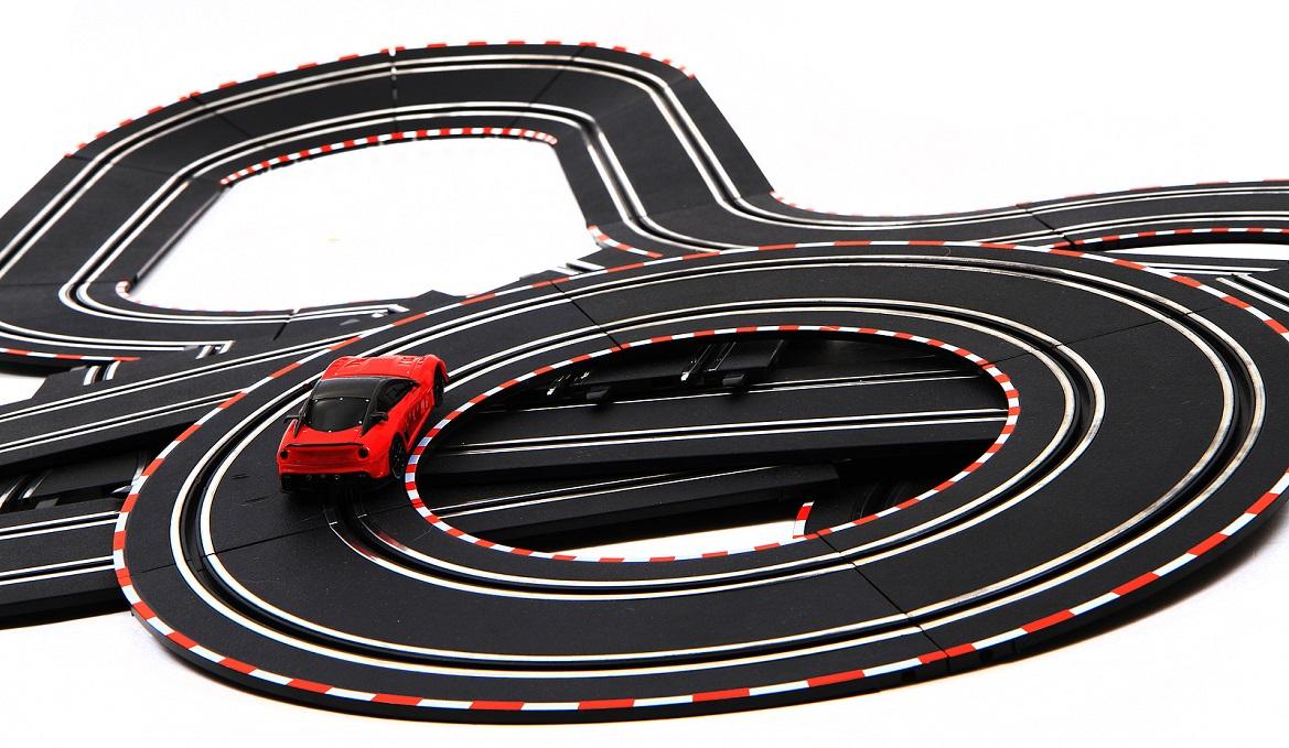 Auto op een racebaan die nog niet opgebouwd is