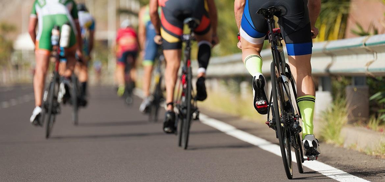 Groep wielrenners die over de weg fietsen