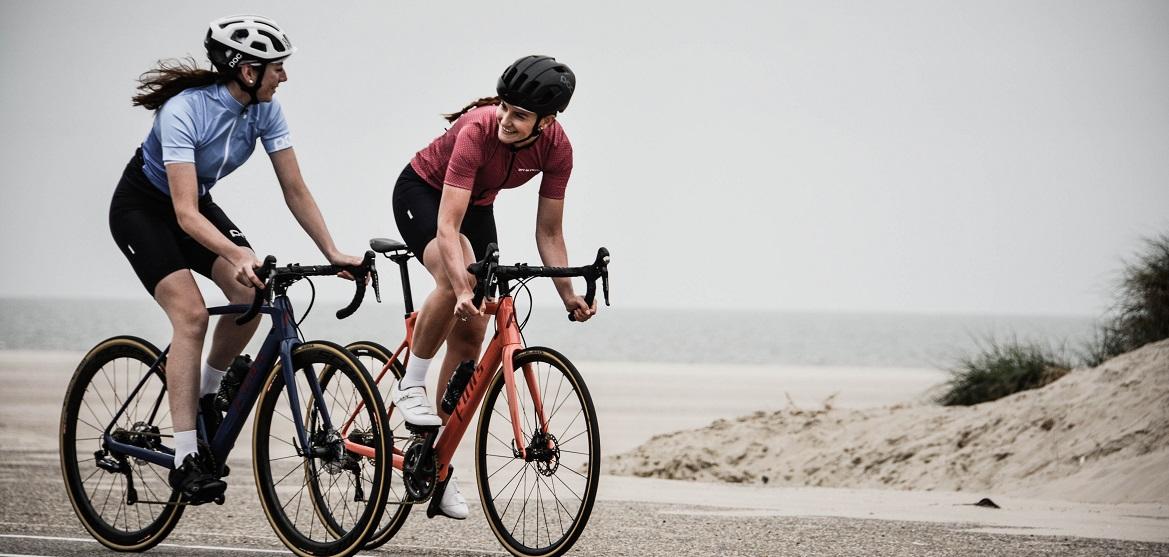 Twee fietsers samen op pad met de racefiets