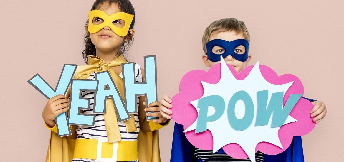 Twee kinderen in superhelden-kleding