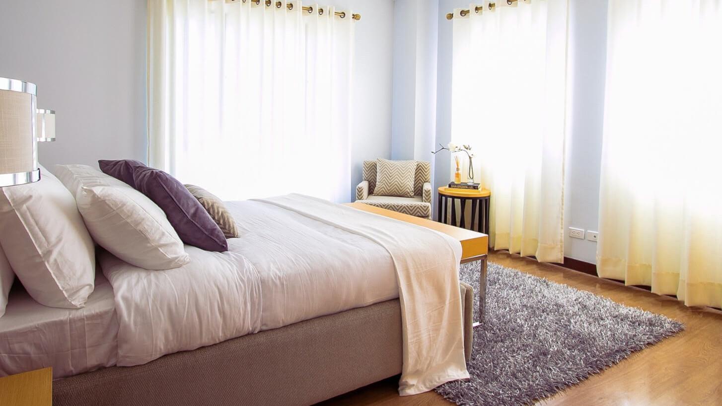 Opgemaakt bed met extra veel kussens