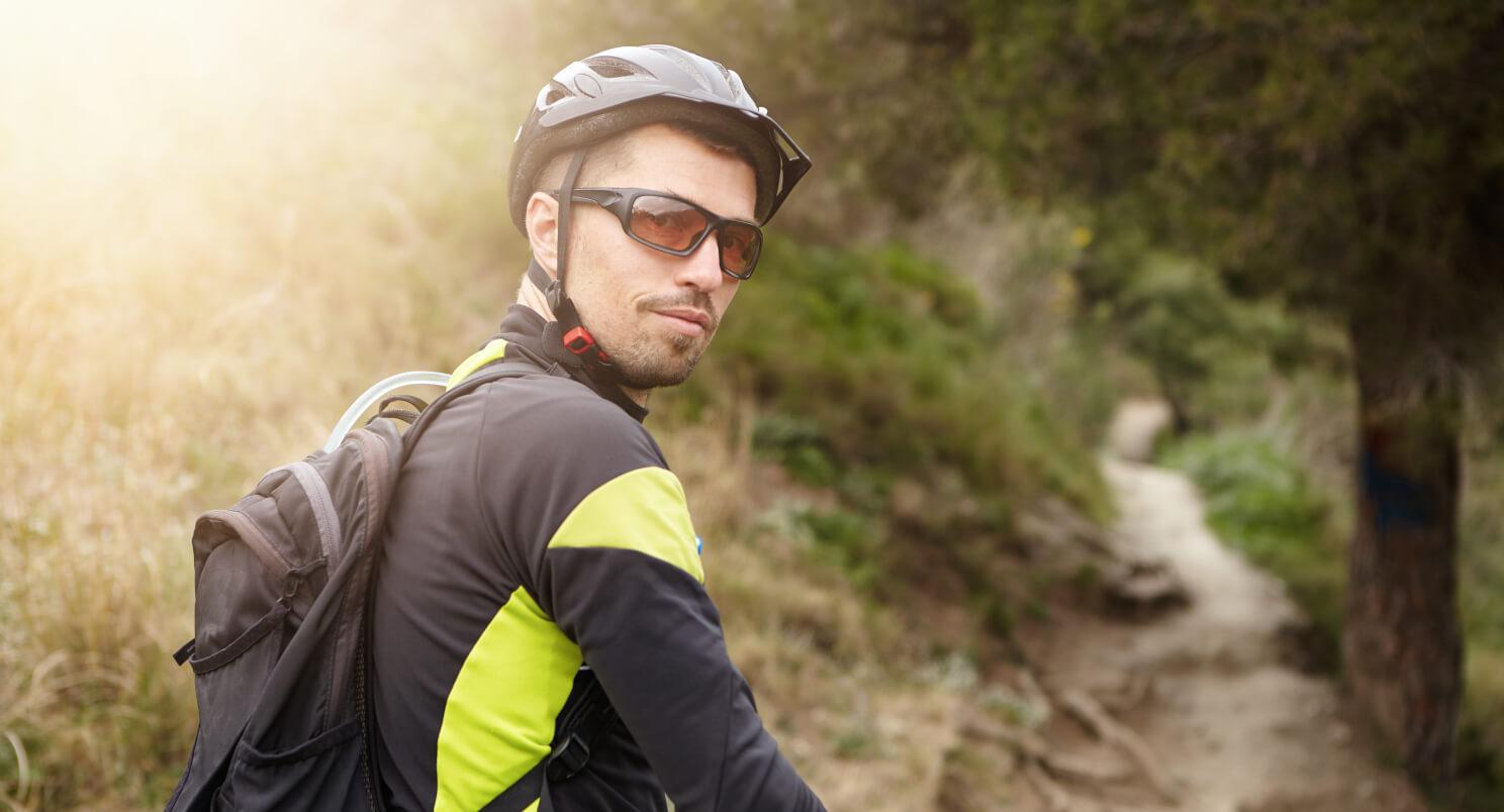 Fietser met fietsbril met bruin/rode glazen