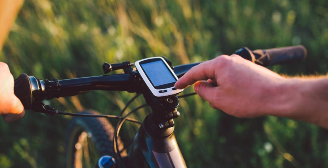 Onderweg wordt een draadloze fietscomputer bediend