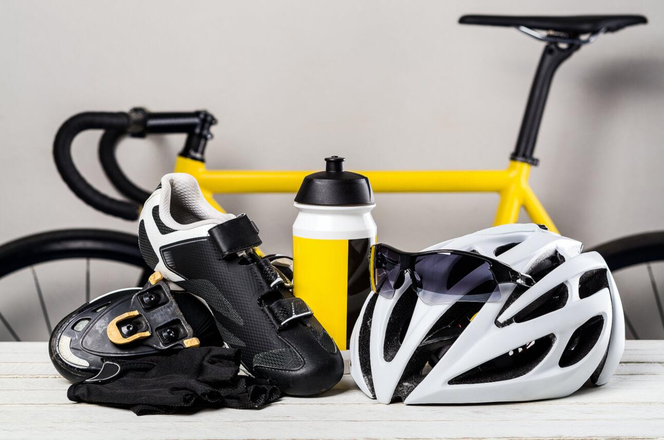 Fietsschoenen, fietshelm, fietshandschoenen, bidon