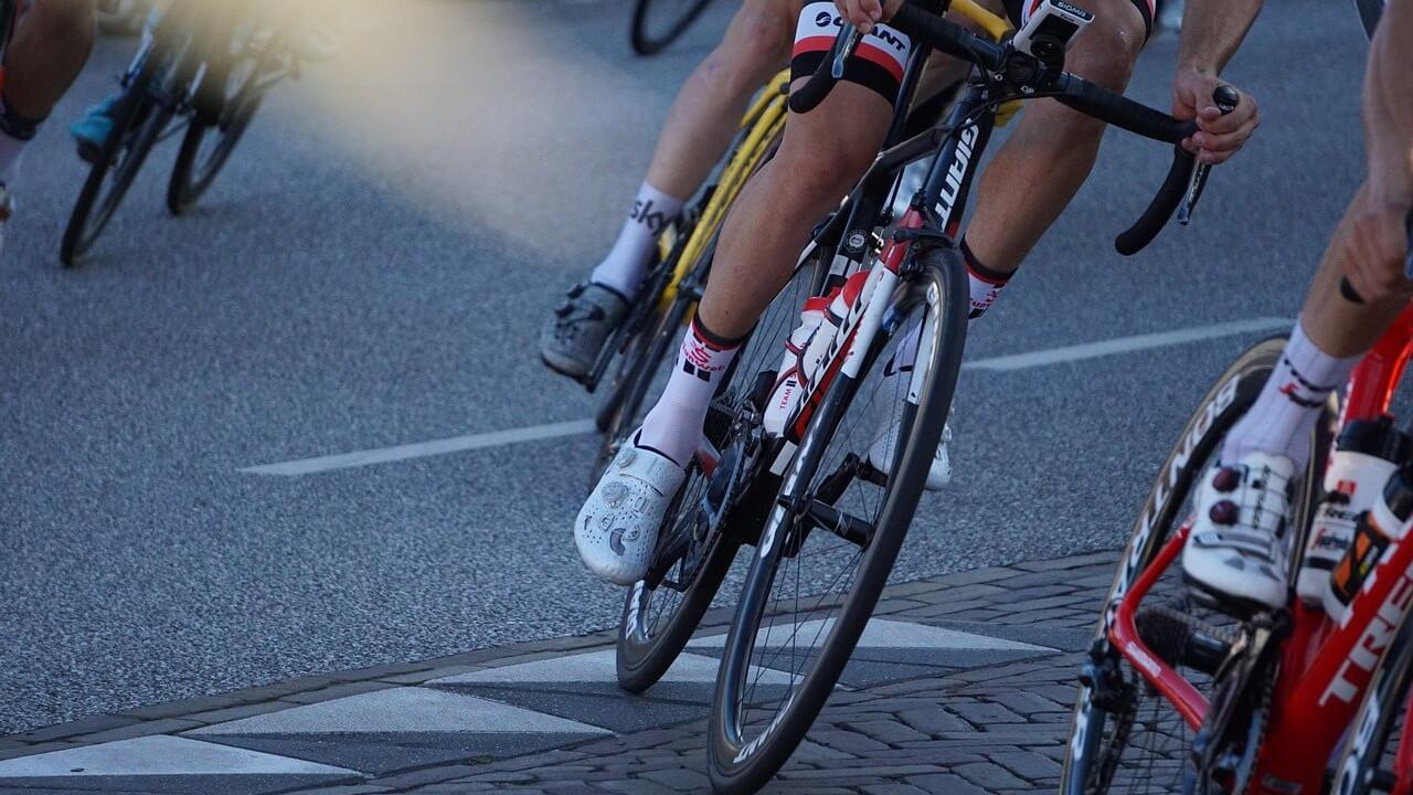 Man op wielrenfiets met wielrenschoenen
