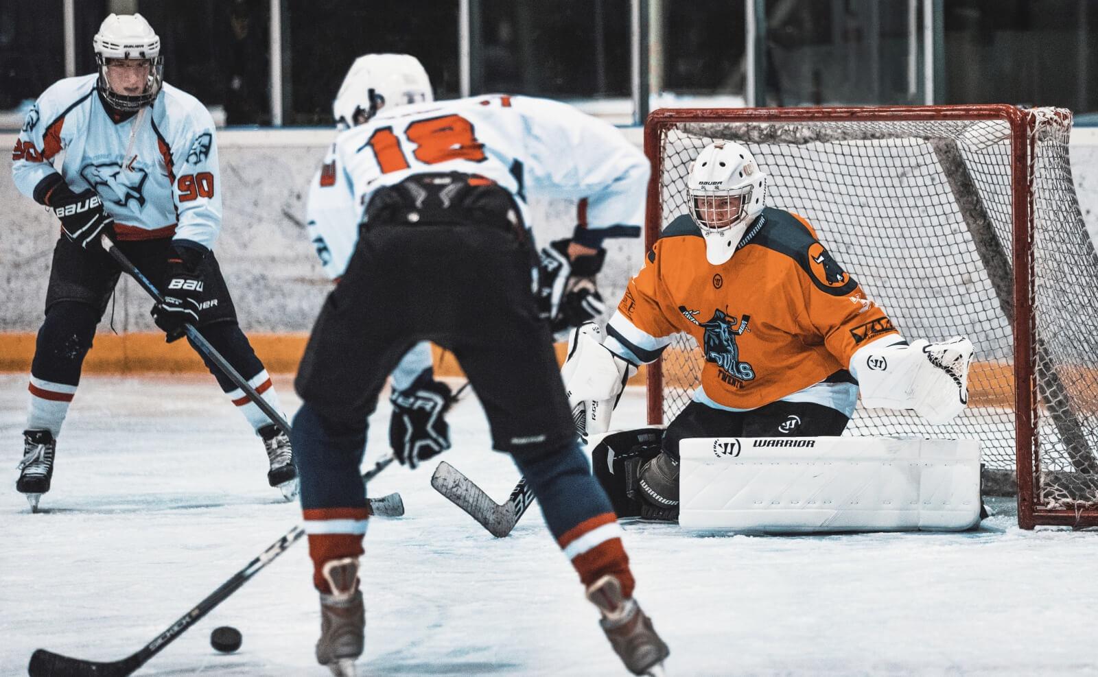 Drie ijshockeyers tijdens een wedstrijd
