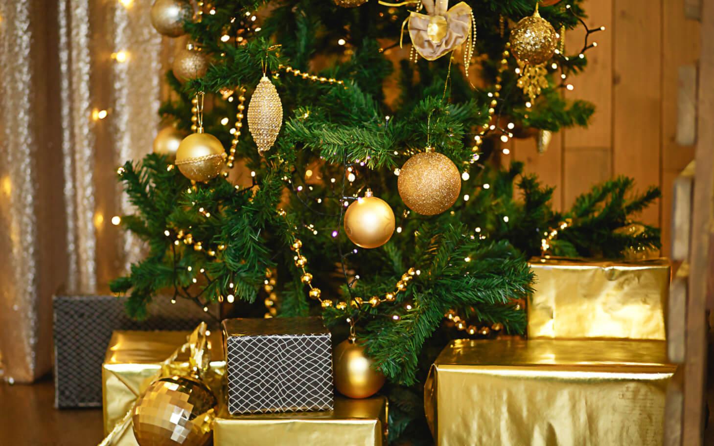 Kunstkerstboom met gouden decoratie