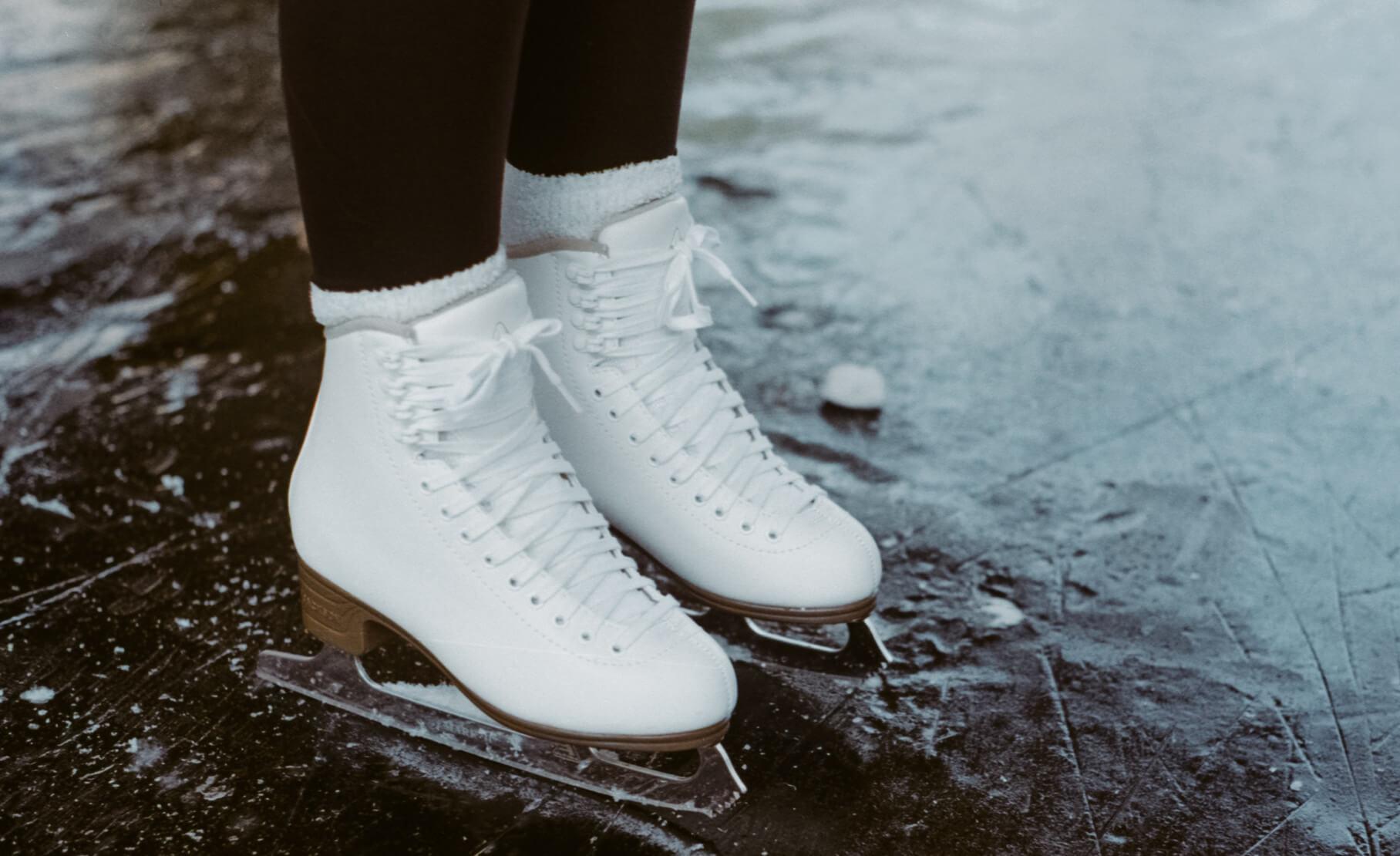 Witte kunstschaatsen op het ijs