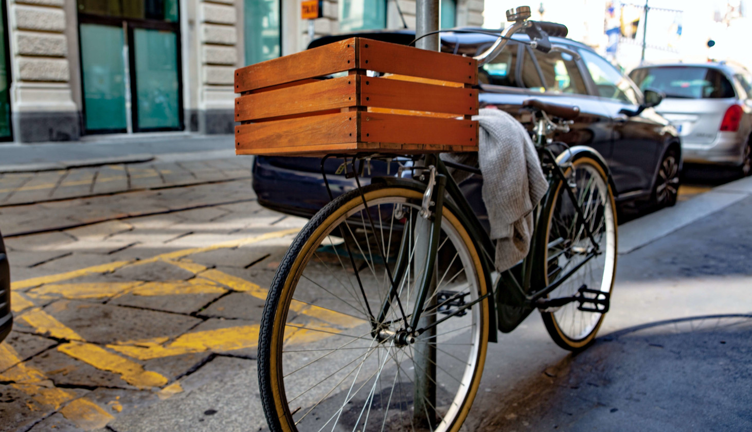 Transportfiets met houten krat op voordrager