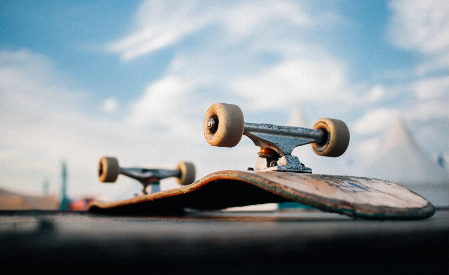 Skateboard ondersteboven op asfalt
