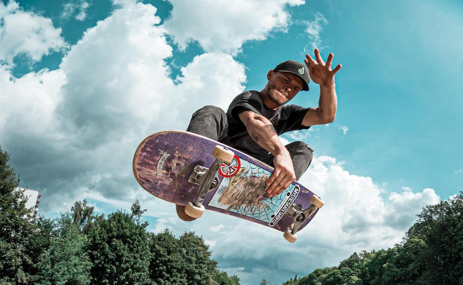Skateboarder die een truc uitvoert