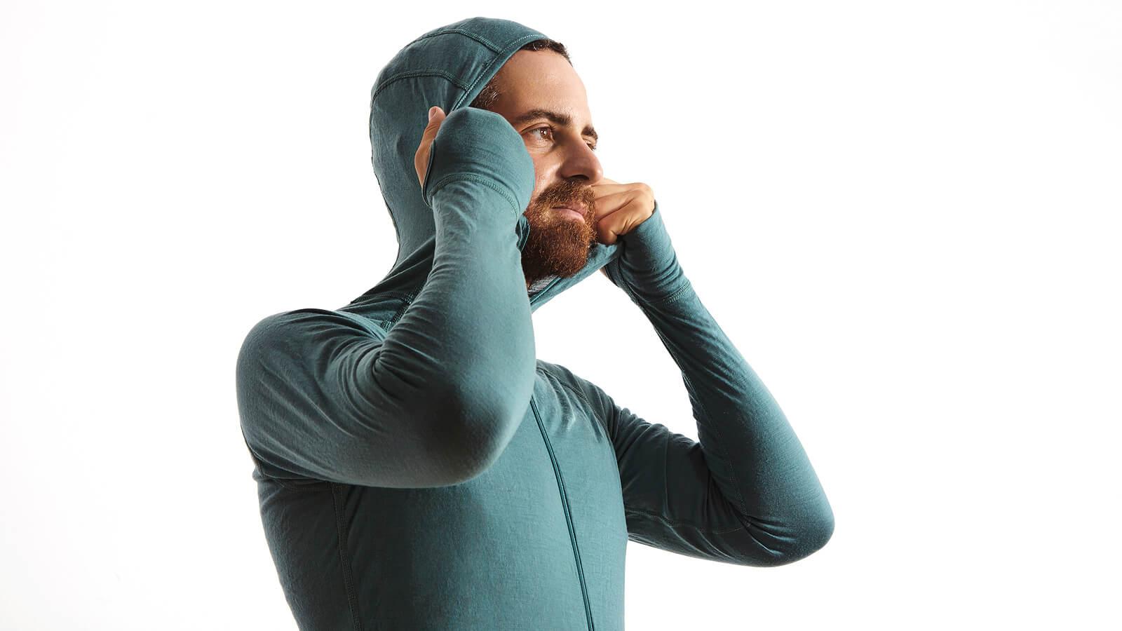 Man draagt een groen thermopak, compleet met muts