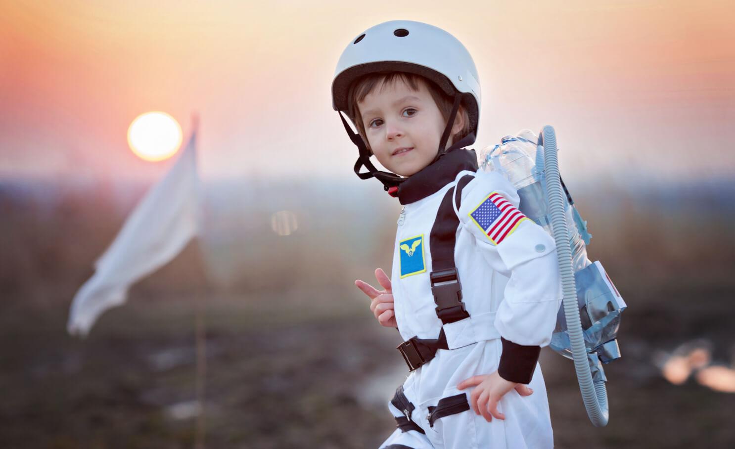Kind in een astronauten pak