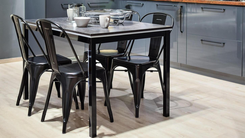Moderne eetkamer met zwarte metalen stoelen